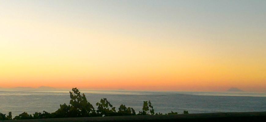 Le eolie viste da Bagnara al tramonto